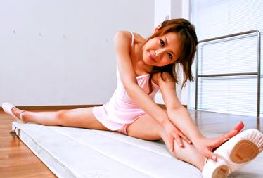 Japanese babe Sakurako got her tight mound stretched